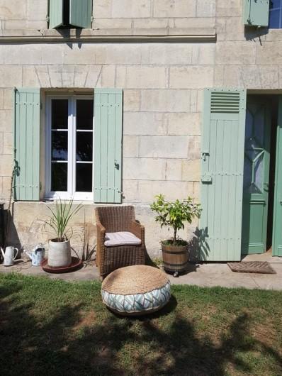 Location de vacances - Chambre d'hôtes à Laruscade - La terrasse sud, sur le jardin
