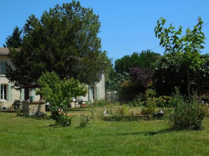 Location de vacances - Chambre d'hôtes à Laruscade - Façade sud sur jardin