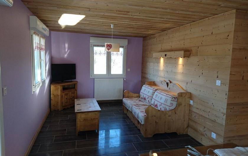 """Location de vacances - Appartement à Les Rousses - Coin salon avec couchage double système """"Rapido"""""""