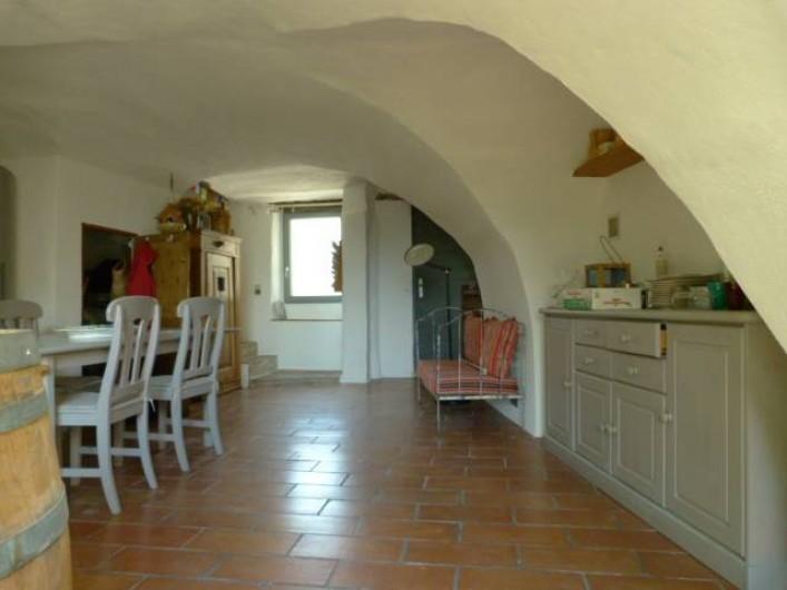 Location de vacances - Maison - Villa à La Rouvière - La cuisine  donne d'un cote sur la rue et de l'autre sur le jardin.
