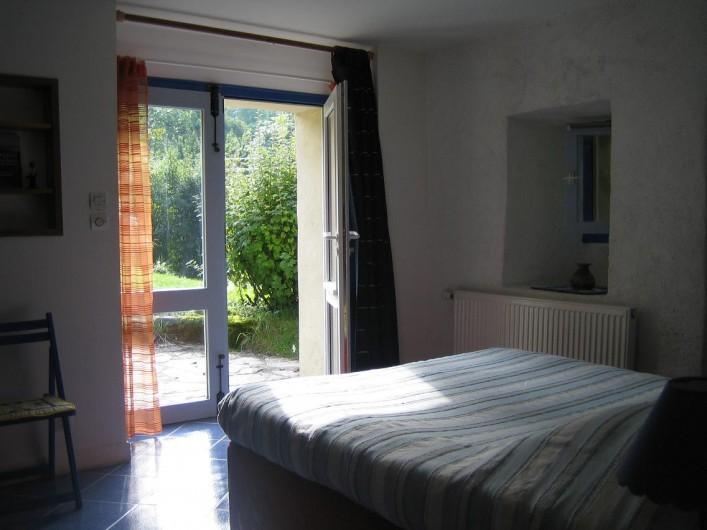 Location de vacances - Gîte à Valdrôme - Vue sur le jardin depuis la chambre