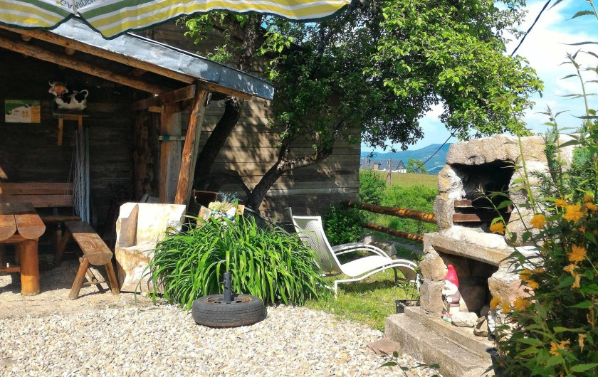 Location de vacances - Gîte à Orbey - L'espace barbecue, salon de jardin .