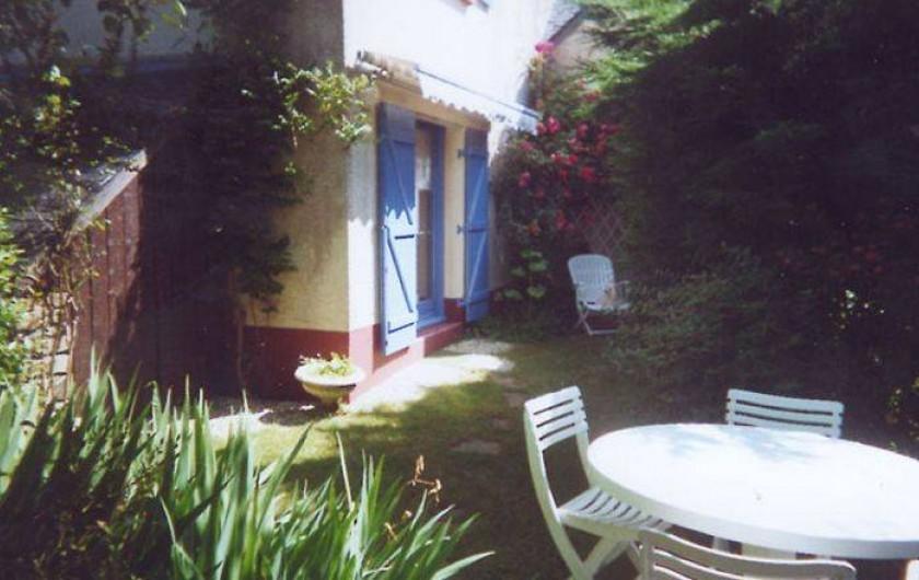 Location de vacances - Villa à Le Pouldu - Vue d'un coin du  jardinet sous  le rosier au POULDU