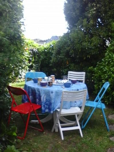 Location de vacances - Villa à Le Pouldu - pause café dans le jardinet arboré avec vue mer, au POULDU