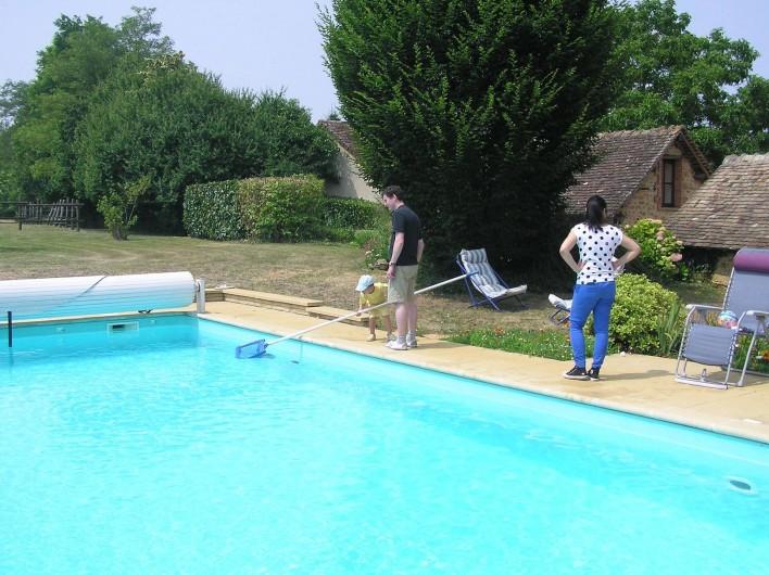Location de vacances - Chambre d'hôtes à Lombron - piscine sur la pelouse devant les chambres des dépendances
