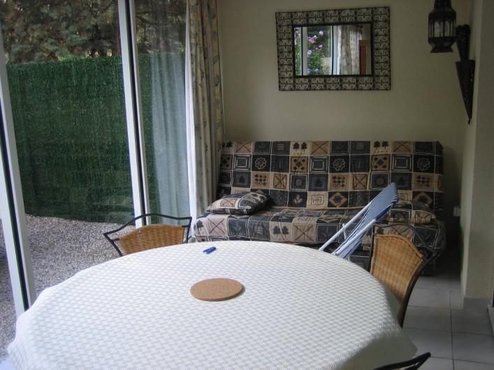Location de vacances - Appartement à Argelès-sur-Mer - Véranda ouverte sur la cour privative avec Clic clac
