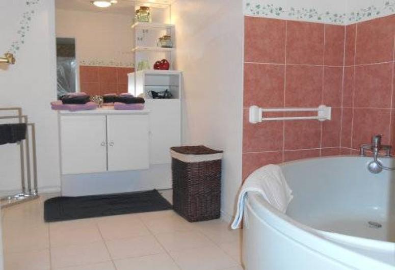 Location de vacances - Gîte à Saint-Vincent-sur-l'Isle - La salle de bain du rez-de-chaussée