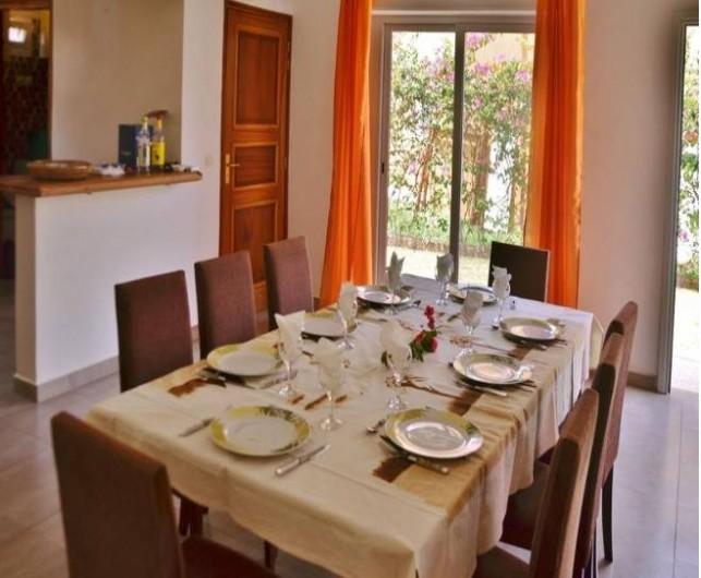 Location de vacances - Villa à Saly - une partie repas pour recevoir 8 convives