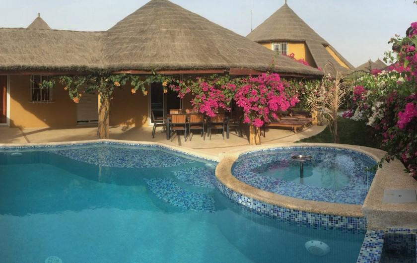 Location de vacances - Villa à Saly - Piscine avec une plage de détente et son jaccuzzi à débordement - unique RDP