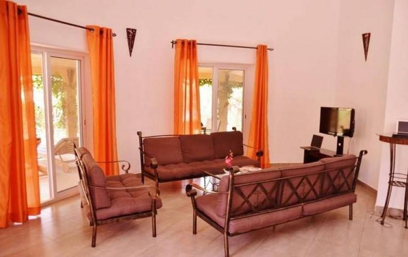 Location de vacances - Villa à Saly - à l'intérieure, un salon/ repas de 40m² donnant sur la terrasse et le jardin