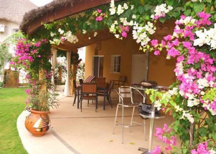 Location de vacances - Villa à Saly - Sous la terrasse une table pour 8 personnes, à l'ombre...