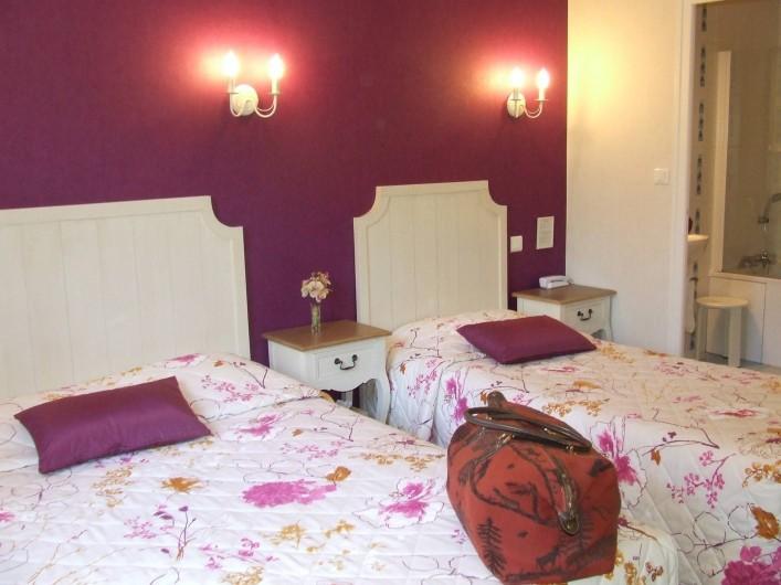 Location de vacances - Hôtel - Auberge à Chagny - Chambre triple avec un lit double, un lit d'une personne.