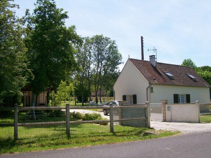 Location de vacances - Gîte à Nonant-le-Pin - entrée du gîte côté route