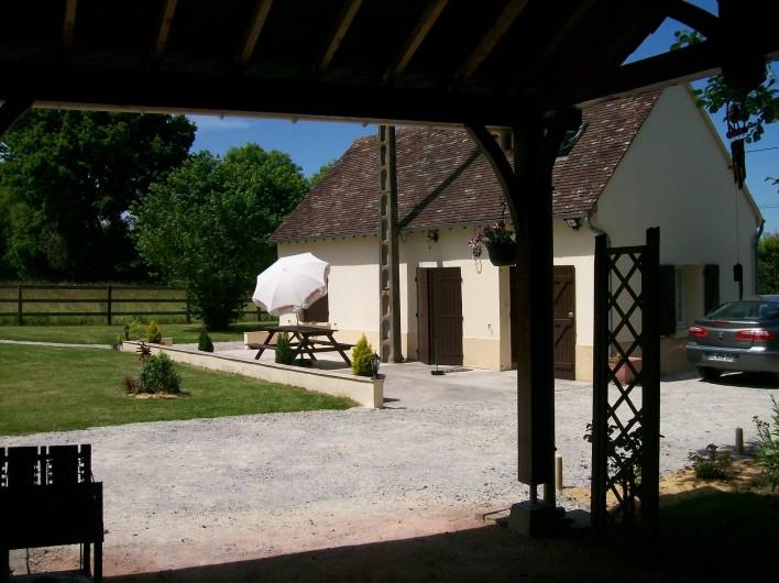 Location de vacances - Gîte à Nonant-le-Pin - vue depuis l'auvent sur le côté parc du gîte