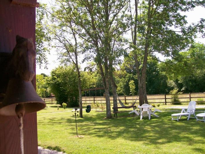 Location de vacances - Gîte à Nonant-le-Pin - sieste dans hammac ou salon à l'ombre dans le parc