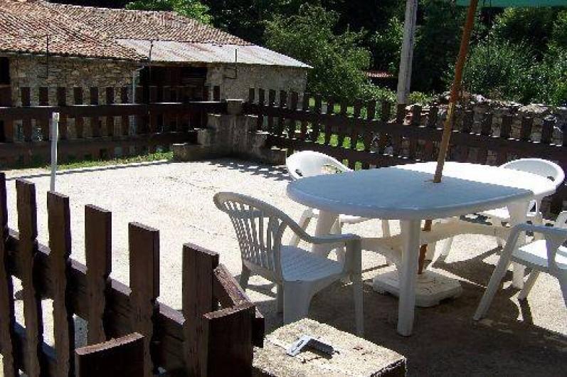 Location de vacances - Villa à Belcaire - Terrasse face à la montagne