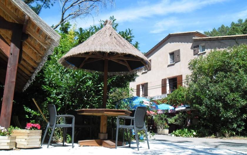 Location de vacances - Hôtel - Auberge à Malarce-sur-la-Thines - Hôtel Au Fil du Chassezac Vue avec la terrasse en face