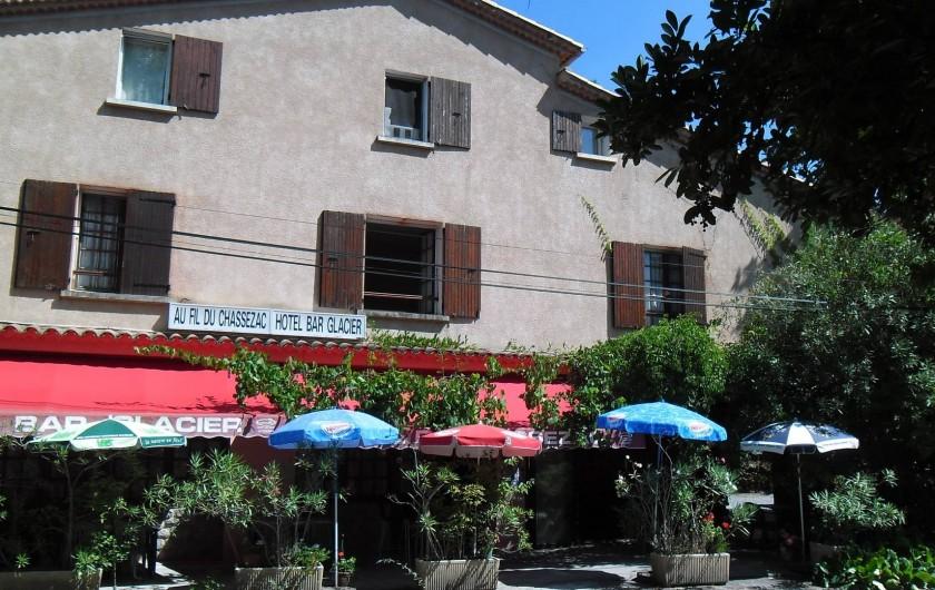 Location de vacances - Hôtel - Auberge à Malarce-sur-la-Thines - Au fil du Chassezac Vue de face avec 3 chambres face à la rivière le Chassezac