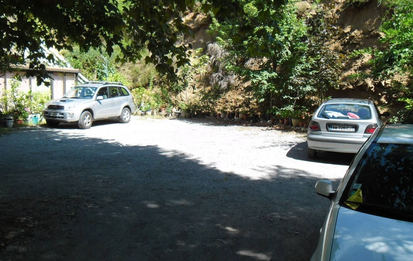 Location de vacances - Hôtel - Auberge à Malarce-sur-la-Thines - Parking ombragé
