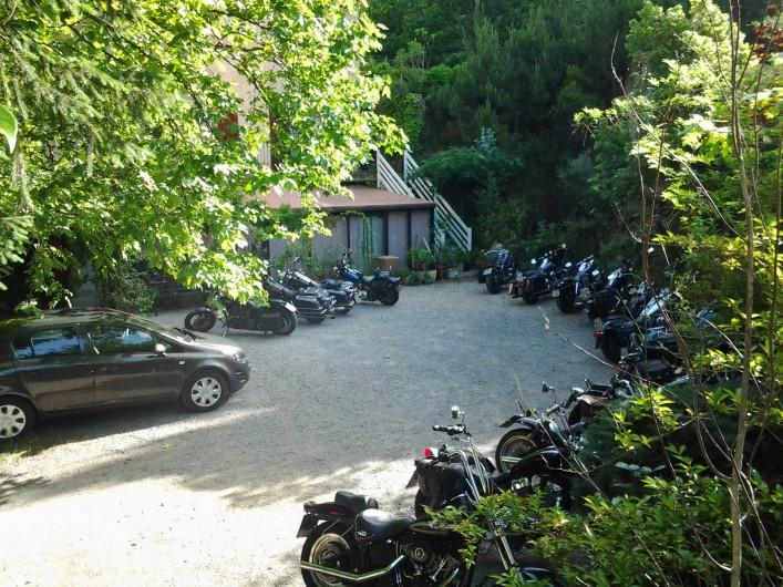 Location de vacances - Hôtel - Auberge à Malarce-sur-la-Thines - Parking lors du rassemblement annuel de Harley