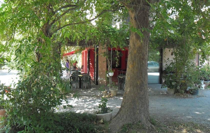 Location de vacances - Hôtel - Auberge à Malarce-sur-la-Thines - Terrasse ombragé