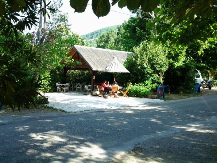 Location de vacances - Hôtel - Auberge à Malarce-sur-la-Thines - Paillote en face de l'hôtel