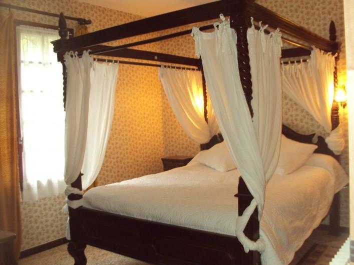 Location de vacances - Hôtel - Auberge à Malarce-sur-la-Thines - chambre 6  lit à baldaquin