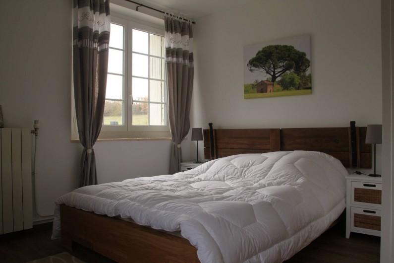 Location de vacances - Gîte à Senouillac - la chambre très lumineuse. grande fenêtre donnant sur la terrasse