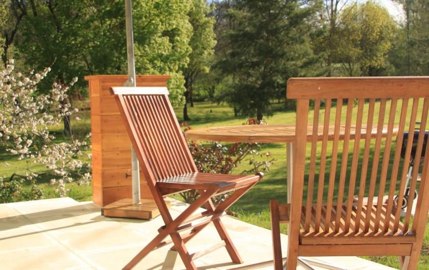 Location de vacances - Gîte à Senouillac - la terrasse du gîte, vue sur le parc