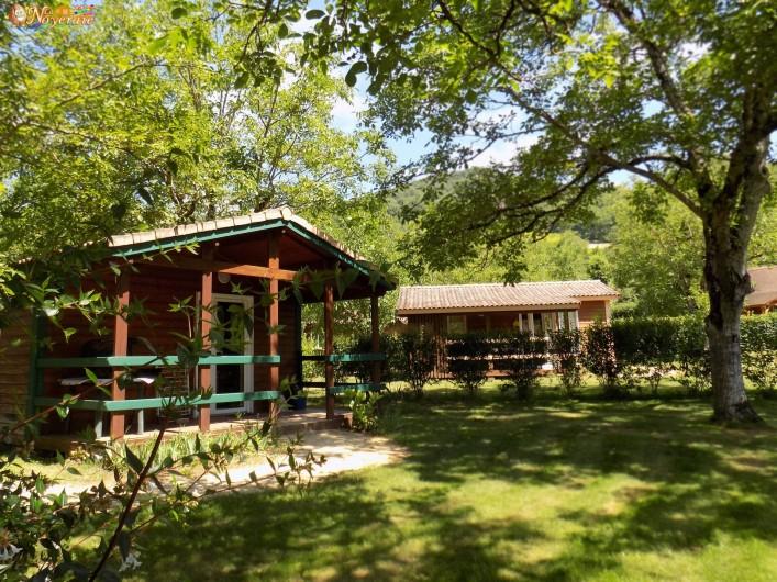 Location de vacances - Chalet à Sarlat-la-Canéda - Le parc ombrage et fleuri et ses chalets pour 3 à 5 personnes