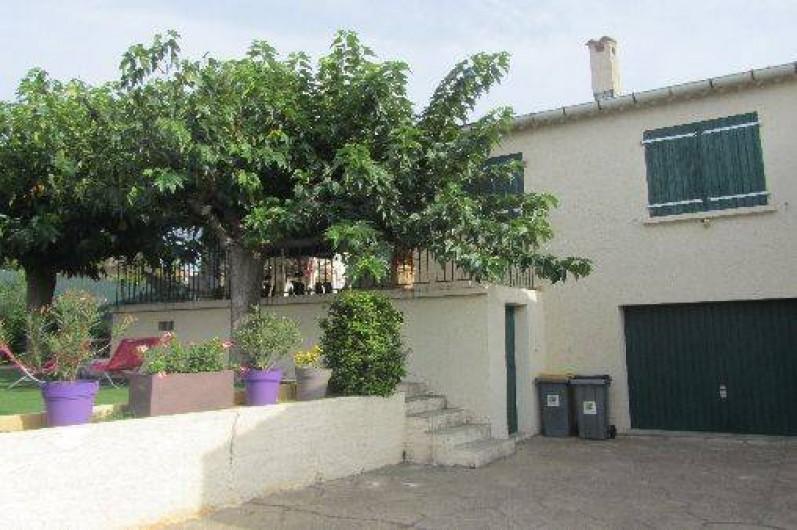 Location de vacances - Gîte à Puimisson - L'entrée dans la cour et du  garage privatif.