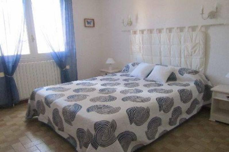 Location de vacances - Gîte à Puimisson - Chambre 1 avec lit  160 x 200 et disposant d'un grand placard