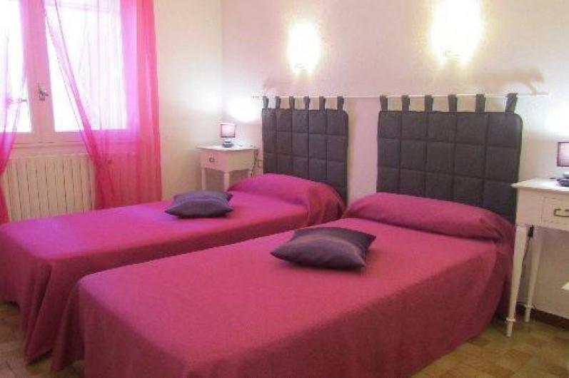 Location de vacances - Gîte à Puimisson - Chambre 2 avec 2 lits  90 x 200 + penderie