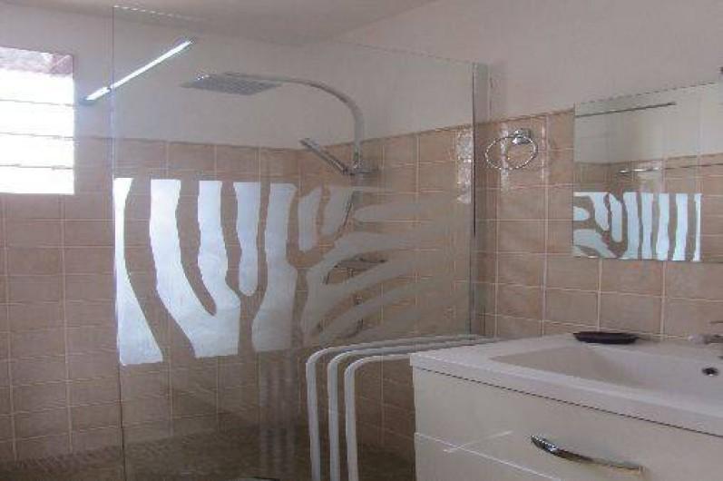 Location de vacances - Gîte à Puimisson - Salle d'eau avec douche à l'italienne et meuble lavabo.