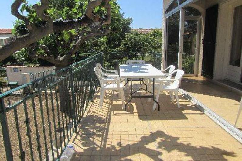 Location de vacances - Gîte à Puimisson - La terrasse,  ombragée l'été.