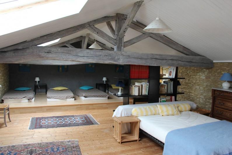 Location de vacances - Maison - Villa à Verrue - Chambre dortoir de 50 m2 devant le grand lit ; au fond les quatre lits une place