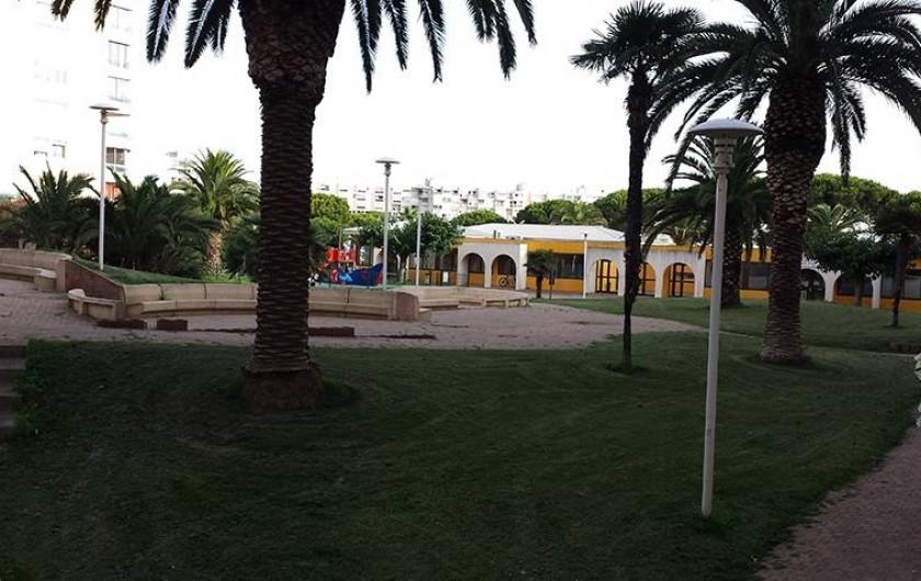Location de vacances - Appartement à Carnon-Plage - Parc avec aire de jeu.