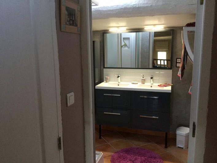Location de vacances - Villa à Saint-Pierre-de-Vassols - salle douche étage