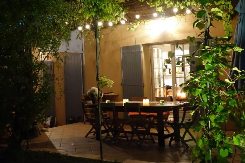 Location de vacances - Villa à Saint-Pierre-de-Vassols - terrasse-soir