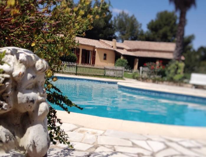 Location de vacances - Villa à Le Castellet - Les Jardins avec la piscine à l'avant de la villa.