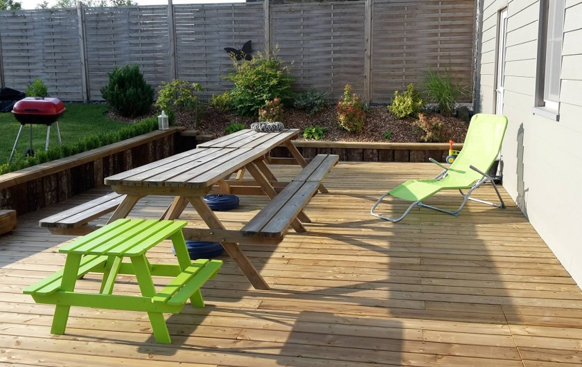 Location de vacances - Maison - Villa à Libramont - terrasse en bois barbecue chaises longues disponibles