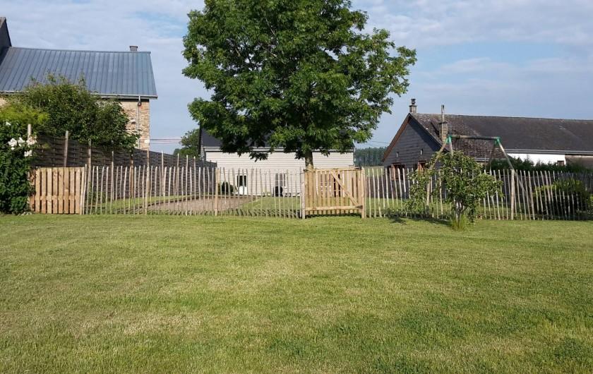 Location de vacances - Maison - Villa à Libramont - grande pelouse avec balançoire et piste de pétanque