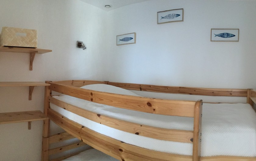Location de vacances - Appartement à La Croix-Valmer - qu'1 chambre cabine avec 2 lits superposés en 90x190.