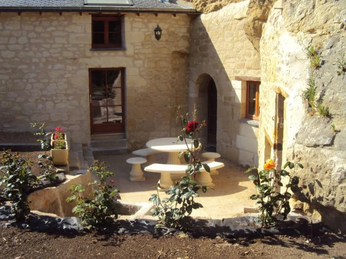 Location de vacances - Gîte à Dénezé-sous-Doué - terrasse salon en pierre