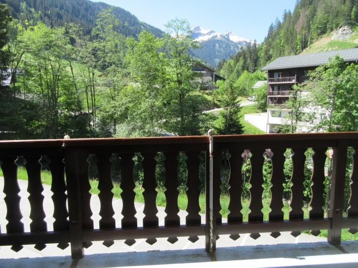 Location de vacances - Appartement à Arêches - Vue sur la montagne et sur le petit cours d'eau en contre-bas