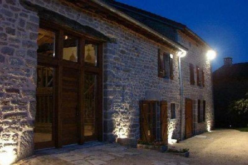 Location de vacances - Gîte à Ambazac - la cour d'entrée et d'arrivée côté hameau et éclairée le soir