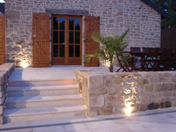Location de vacances - Gîte à Ambazac - la terrasse qui surplombe la piscine ouvre sur le four à pain du village