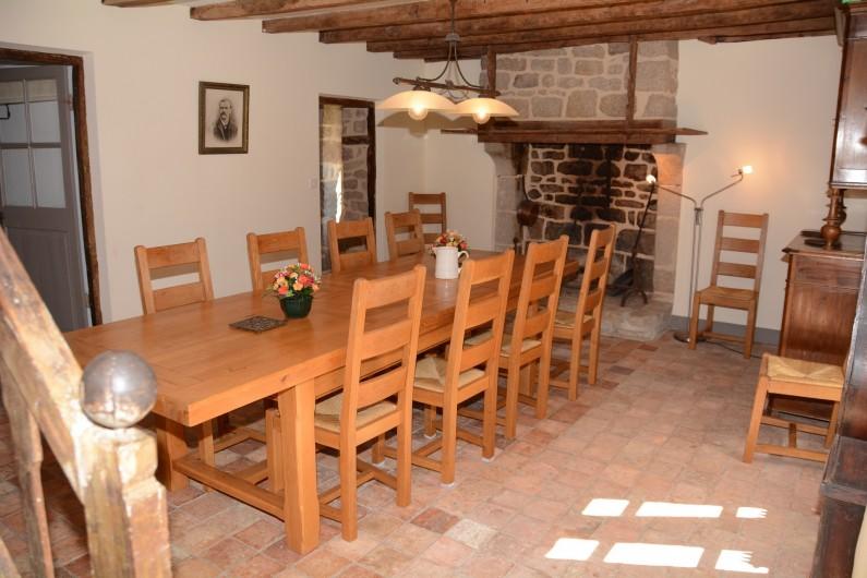 Location de vacances - Gîte à Ambazac - la salle à manger est dans l'ancienne cuisine de la ferme