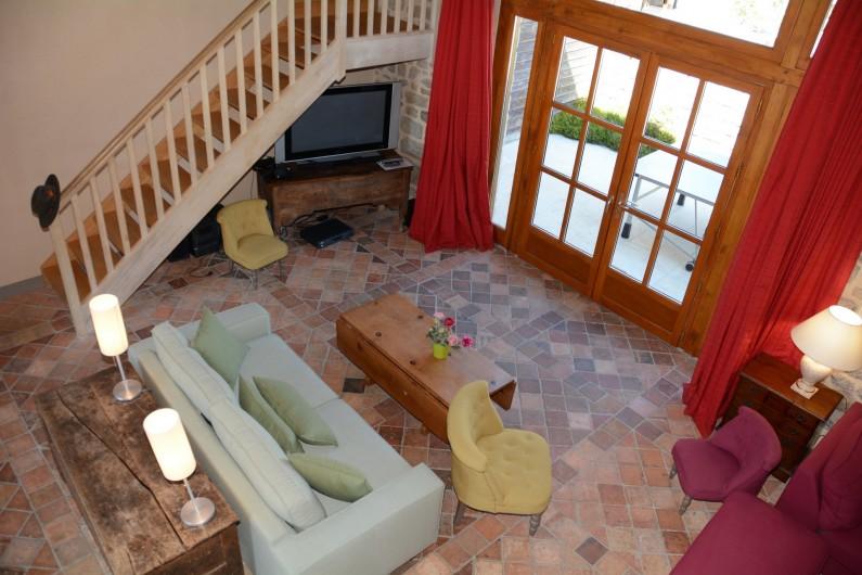 Location de vacances - Gîte à Ambazac - le salon avec home cinema et vue sur le jardin