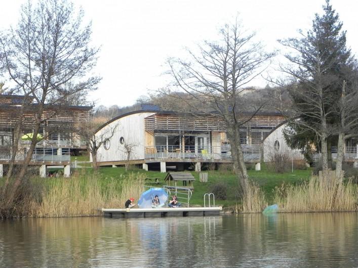 Location de vacances - Chalet à Menet - Chalet moderne face au lac et volcans